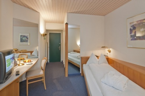 A single room complete with a bath in Best Western Grand Hotel Metropol - Saas Fee