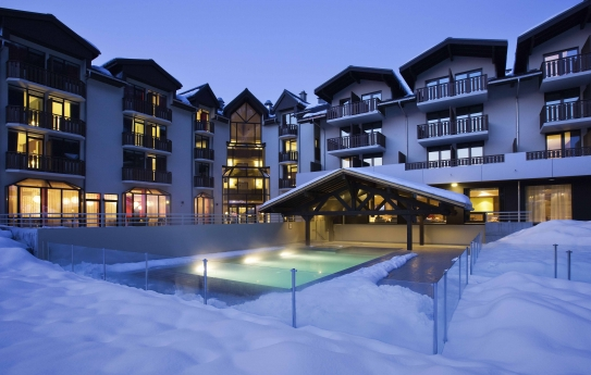 Dive into the heated outdoor swimming pool - Hotel Les Aiglons - Chamonix - France