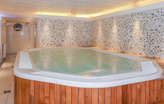 Les Balcons de la Rosiere - hot tub