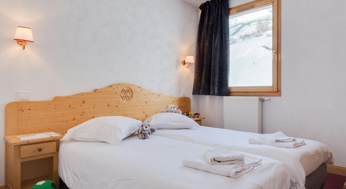 Bright clean twin bedroom traditional snowy window apartment Chalet Adonis Les Menuires LVH
