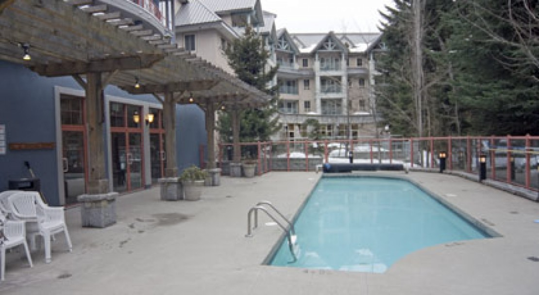 The Alpenglows outdoor pool - Whistler