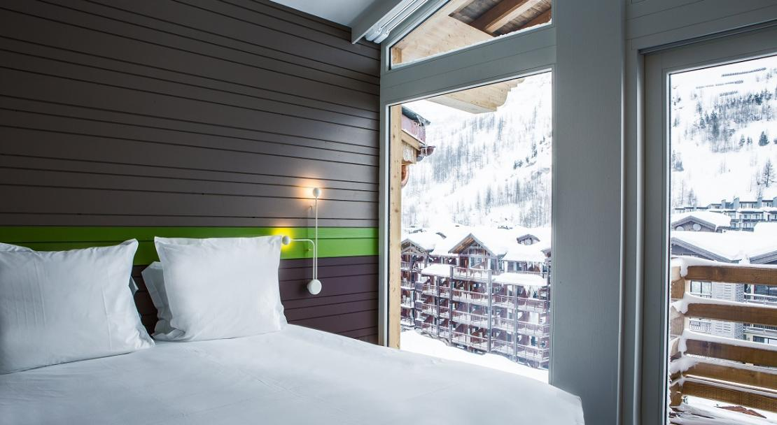 Double bed balcony Suite Room XXL Hotel Ormelune Val d'Isere; Copyright: Gilles TRILLARD