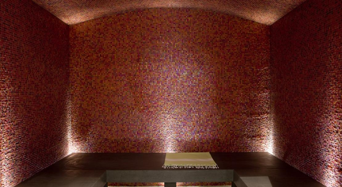Warm contemporary tiled hammam steam room Hotel Ormelune Val d'Isere
