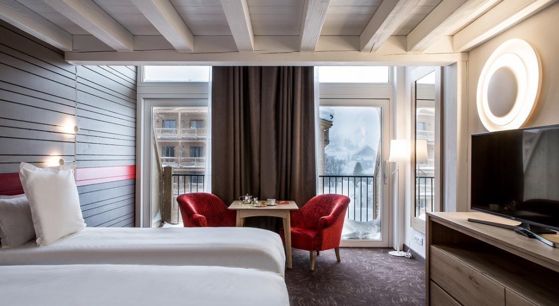 Large mezzanine room spacious view windows Hotel Ormelune Val d'Isere; Copyright: Gilles TRILLARD