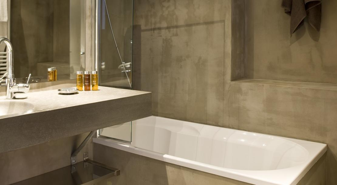 Bathtub modern bathroom with complimentary toiletries towels Hotel Ormelune Val d'Isere