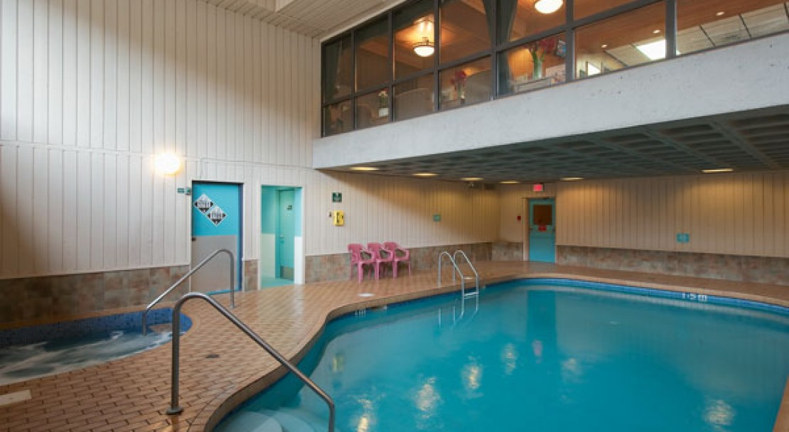 Swimming Pool and Jacuzzi - Douglas Fir Resort - Banff