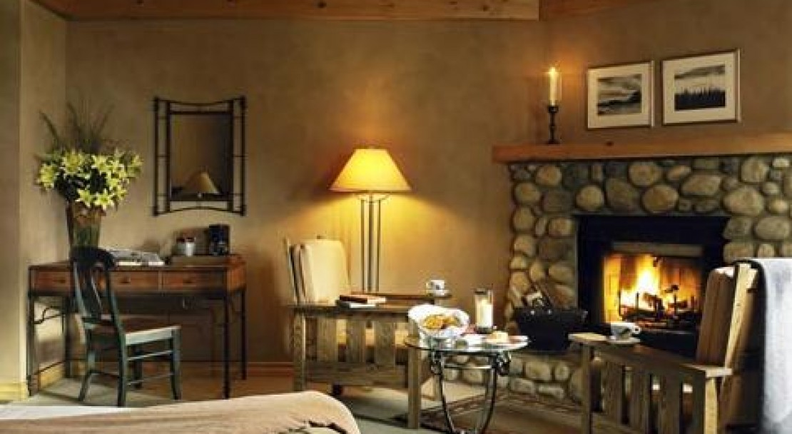 Cosy Bedroom - Buffalo Mountain Lodge - Banff