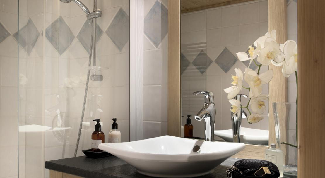 Bathroom at Le Cristal de l'Alpe; Copyright: Studio Bergoend