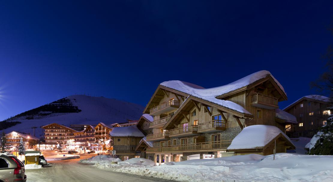 Le Cristal de L'Alpe at night; Copyright: Studio Bergoend