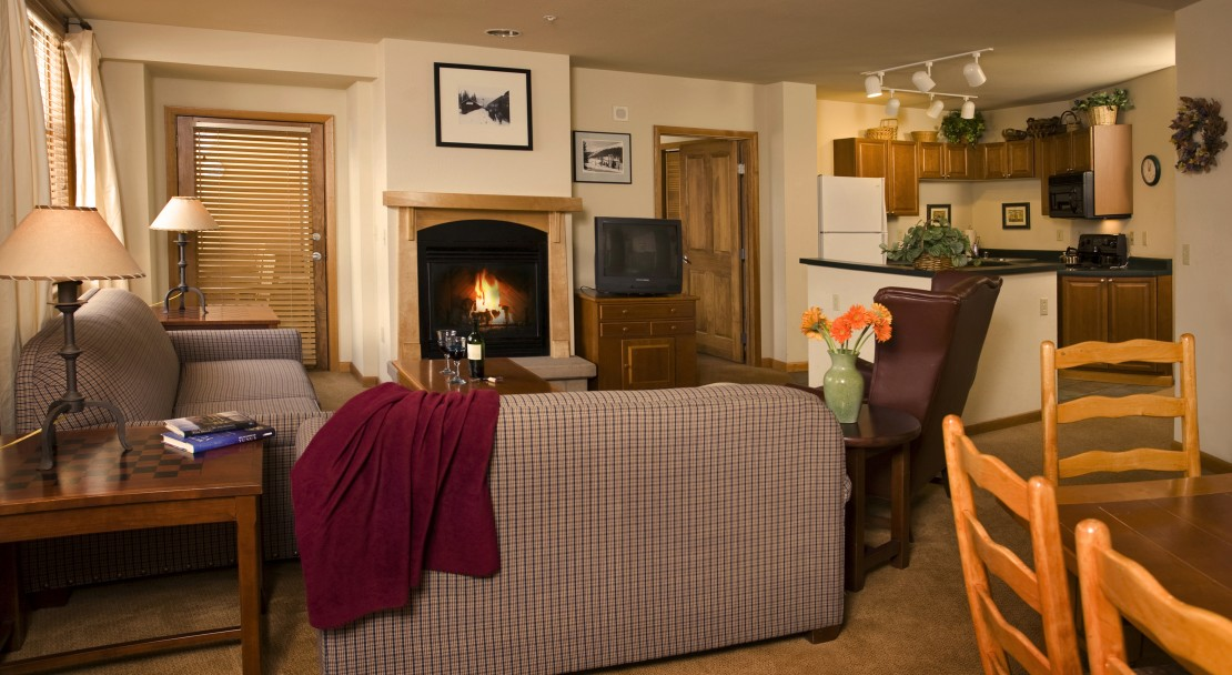 A Living Room and Kitchen - Zephyr Mountain Lodge - Winter Park - USA