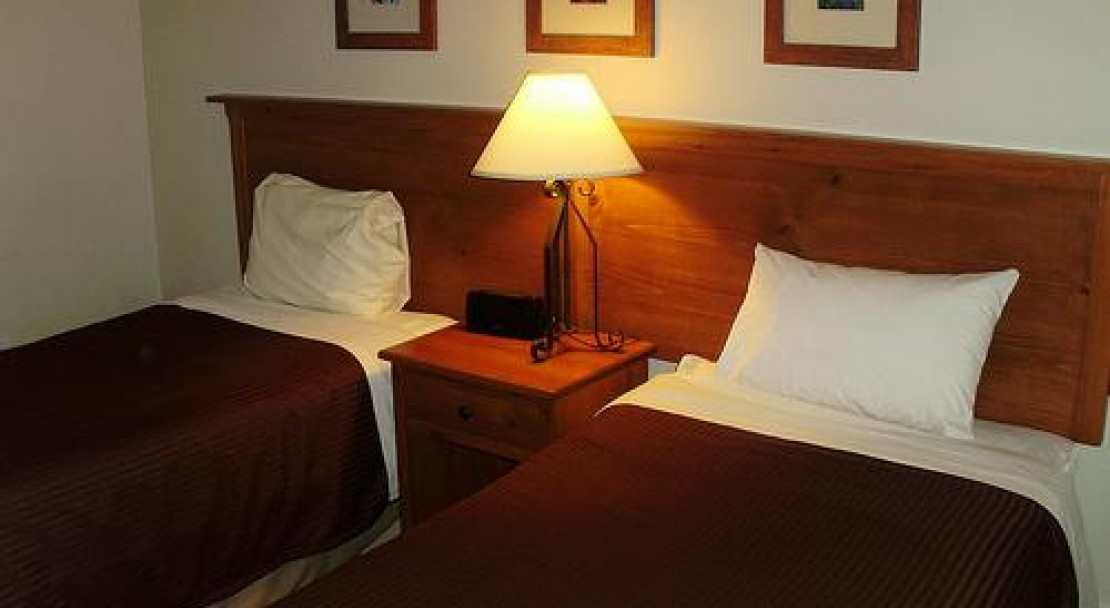 A Twin Bedroom - Tantalus Lodge - Whistler