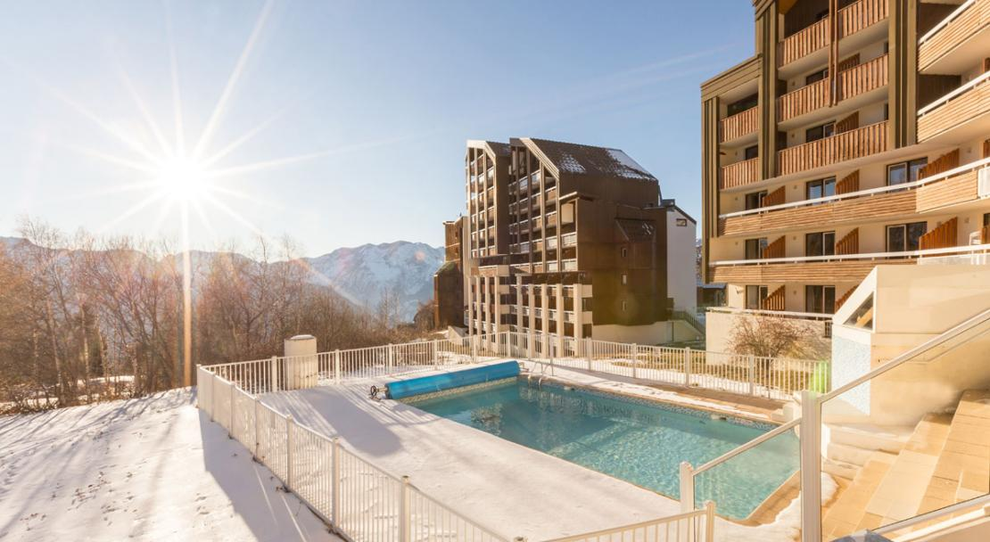 Heated outdoor swimming pool Les Bergers, Alpe d'Huez, Exterior; Copyright: Imagera