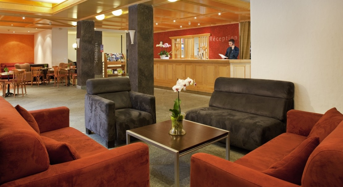 A clean and bright reception at the Mercure Classic Hotel Leysin