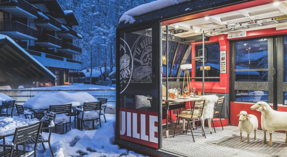 Refurbished cable car telecabine bar cafe snow apres ski Le Refuge des Aiglons Chamonix; Copyright: Yoan Chevojon