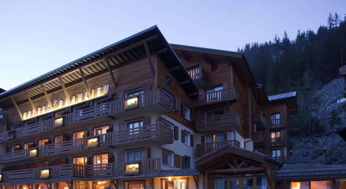 Hotel Beaulieu Exterior at night La Clusaz