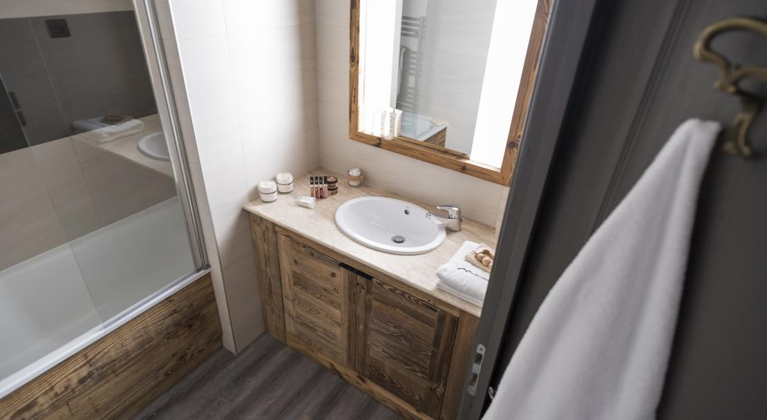 Bathroom at Hotel Village Montana Tignes; Copyright: Studio Bergoend