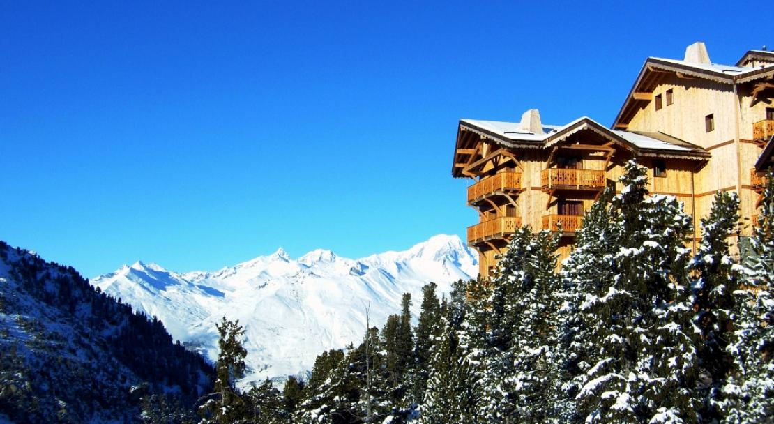 Exterior of Chalet de l'Ours - Blue Skies - White Mountains