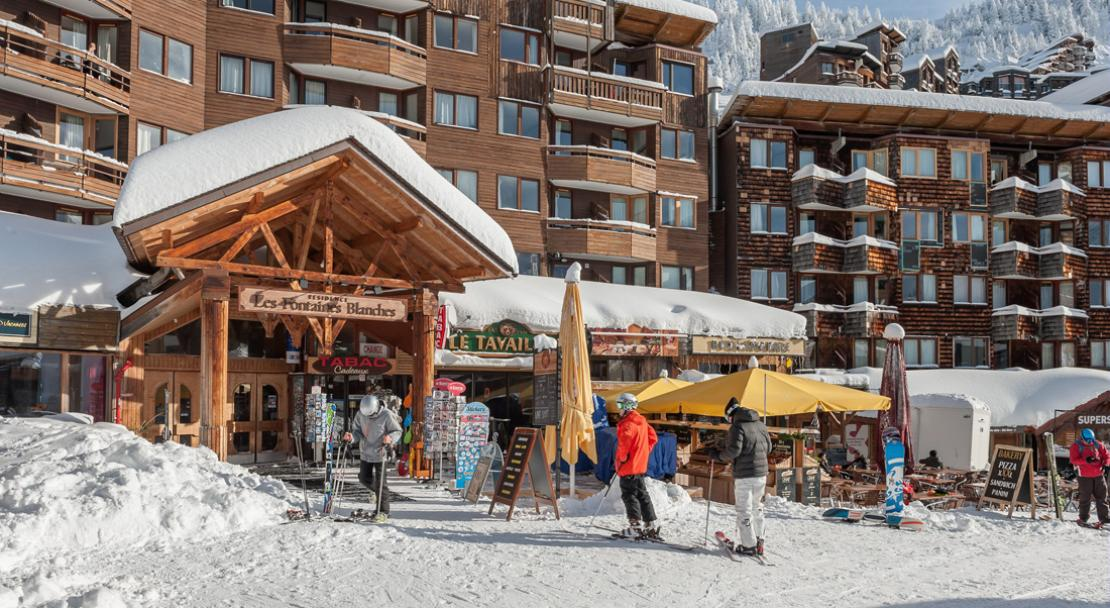 Les Fontaines Blances - Exterior - Restaurant - Skier - Wood - Snow