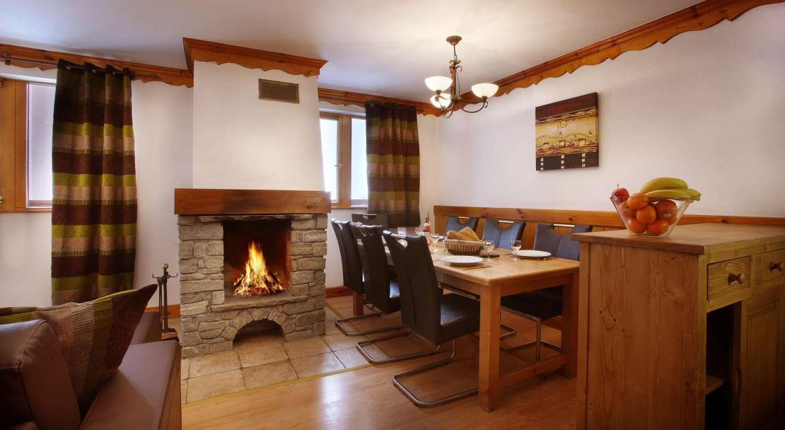 Dining room and Fireplace in Oz en Oisans