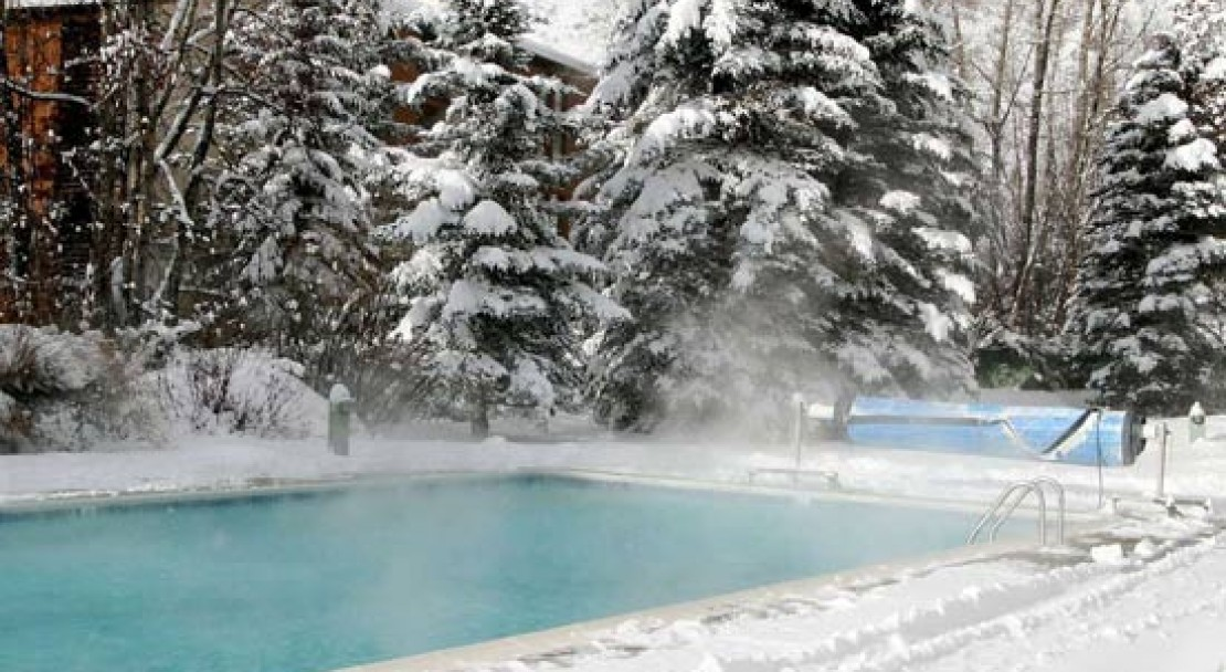 Pool in winter at the Evergreen Lodge - Vail