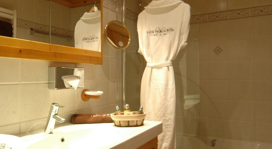 Standard room bathroom, Hotel Les Peupliers, Courchevel 1300