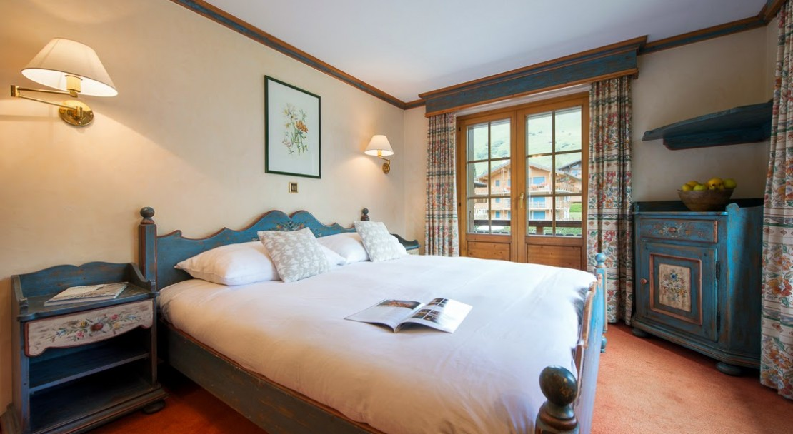 Double bed in a Superior room Hotel Montpelier Verbier