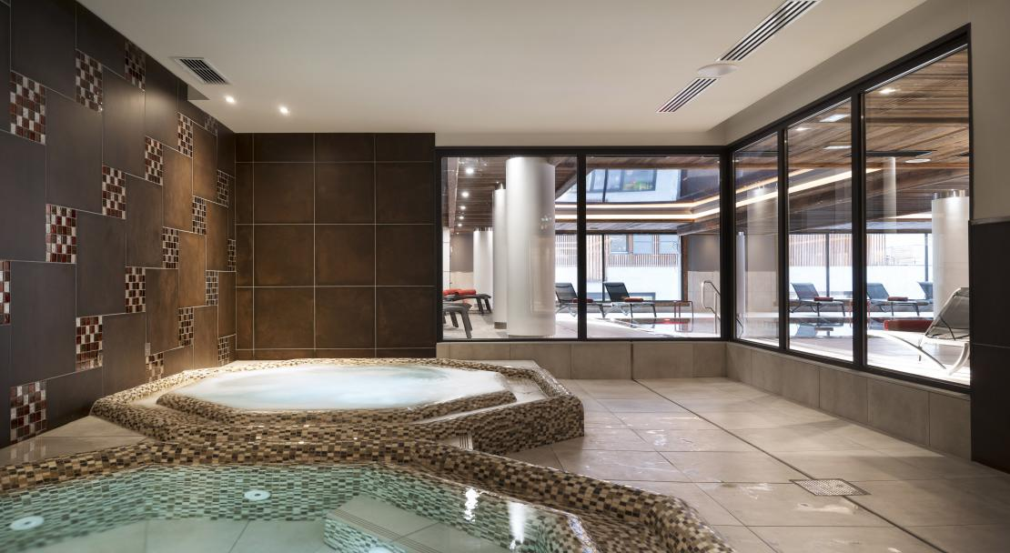Jacuzzi at MGM Cristal de Jade; Copyright: Studio Bergoend