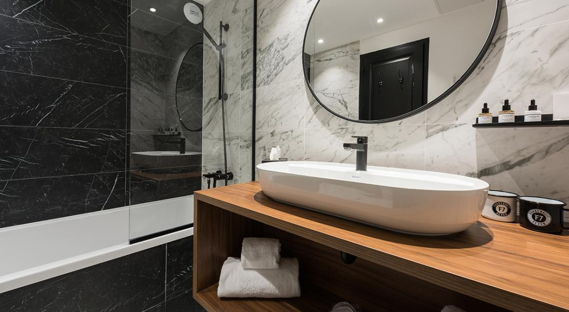 Bathroom bathtub shower mirror sink towels Fahrenheit 7 Couchevel Moriond; Copyright: foudimages