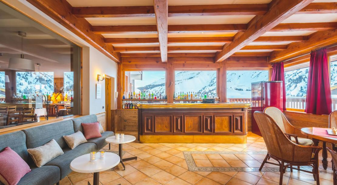 Bar and lounge at Hotel les Arolles - Meribel Mottaret; Copyright: Hotel les Arolles