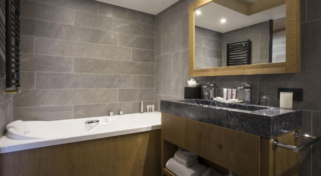 Alparena superior suite bathroom; Copyright: Les Balcons