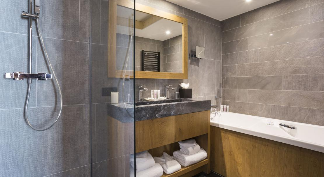 Alparena Superior family Suite bathroom; Copyright: Les Balcons