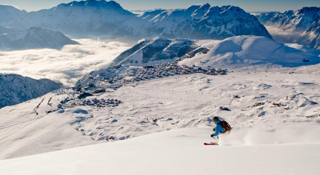 Skiing with amazing views of Alpe d'Huez; Copyright: Laurent Salino / Alpe d'Huez Tourisme