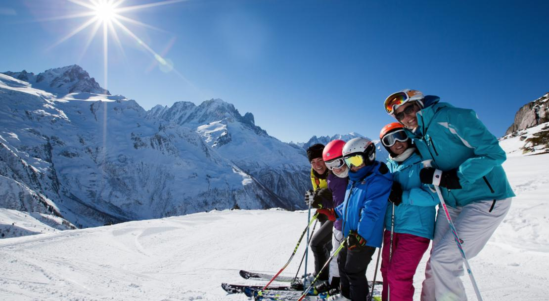 Family skiing in Chamonix; Copyright: Pierre Raphoz Photographie