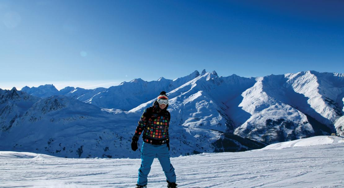 Blue sky snowboarding in Valloire