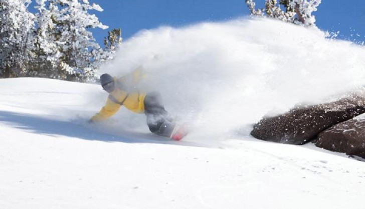 Skiing in powder at Mammoth