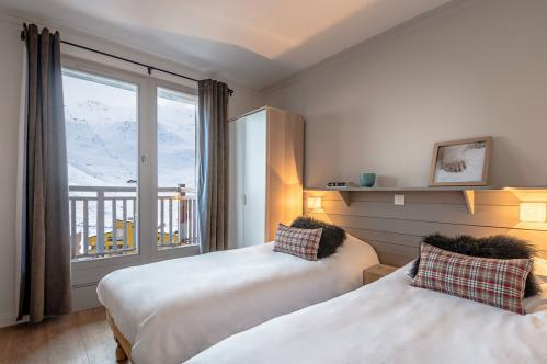 Superior twin bedroom - Les Chalets de Rosael - Val Thorens; Copyright: Temmos