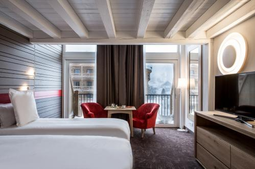 Fresh clean double beds windows Large Mezzanine Ormelune Val d'Isere; Copyright: Gilles TRILLARD